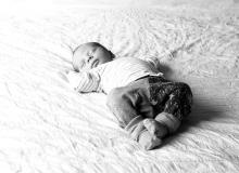 lifestyle newborn fotograaf delft baby op bed
