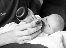 lifestyle newborn fotograaf delft fles