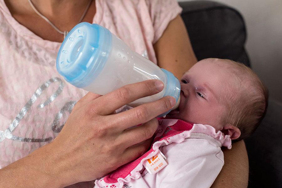 newbornfotografie Delft: baby en fles