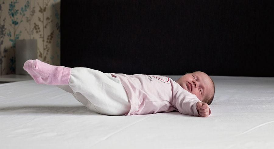 newbornfotografie Delft: baby op bed