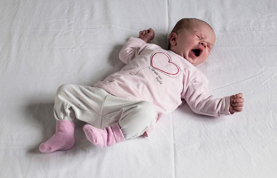 newbornfotografie Delft: baby gaapt