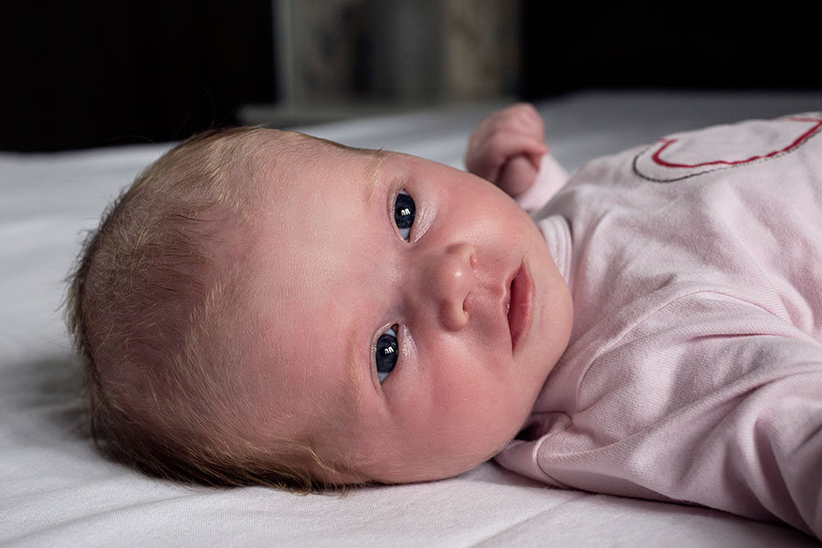 newbornfotografie Delft: baby kijkt