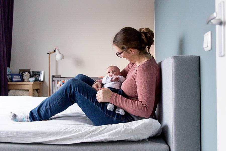 bij mama op bed newborn fotograaf