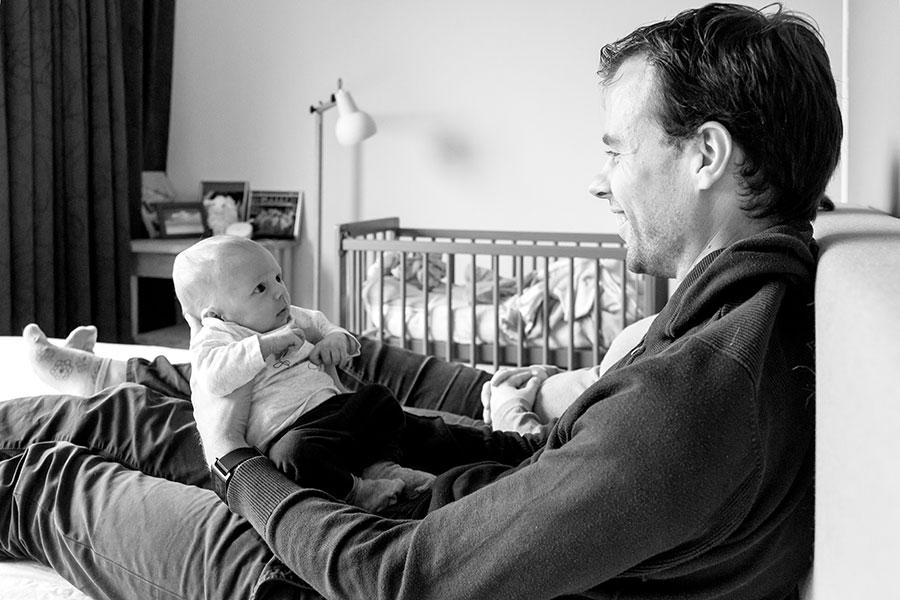 baby kijkt naar papa lifestyle newborn