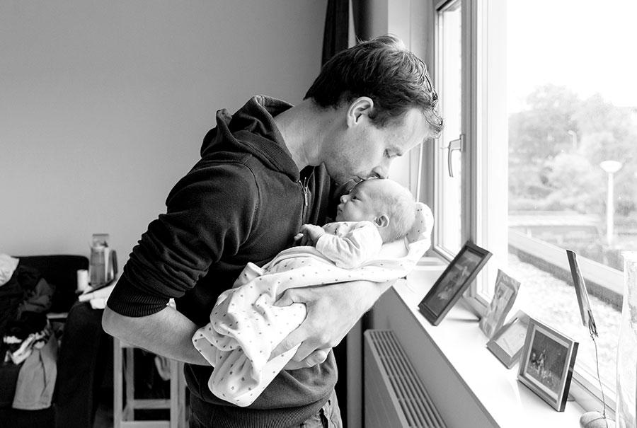 baby bij papa lifestyle newborn fotografie