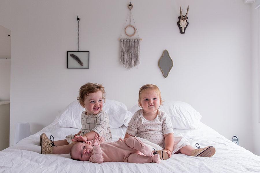 lifestyle newborn fotograaf de kinderen op bed