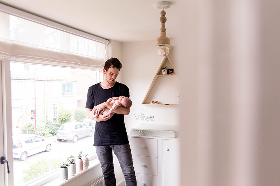 lifestyle newborn fotograaf baby vieve met papa
