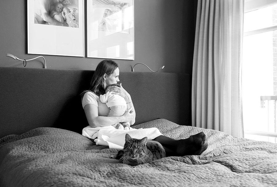 lifestyle fotograaf newborn Delft knuffelen met mama