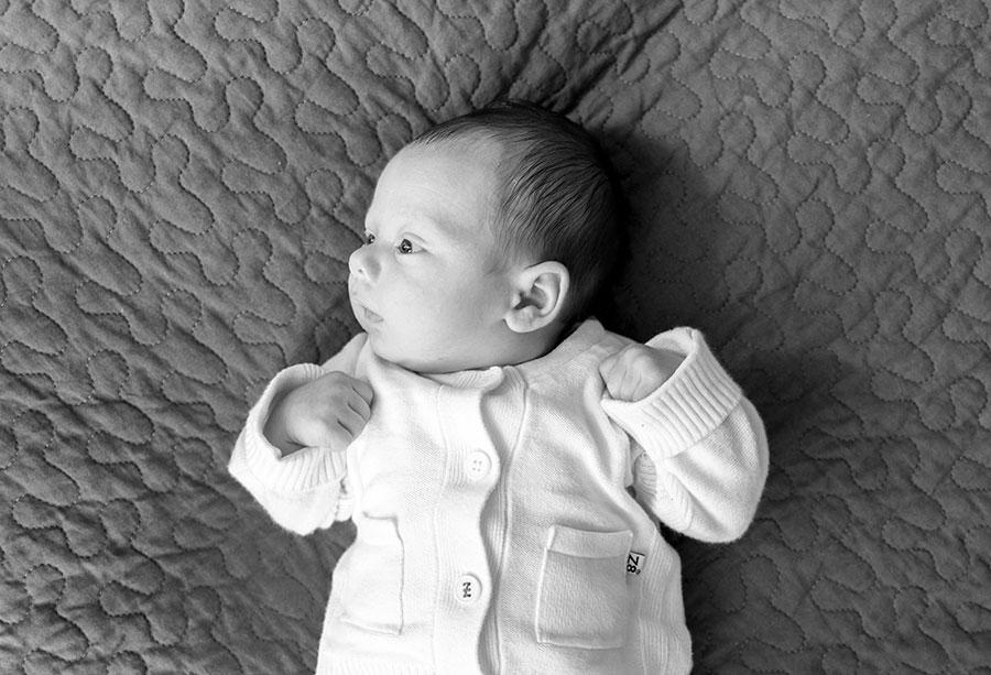 lifestyle fotograaf newborn Delft baby op bed