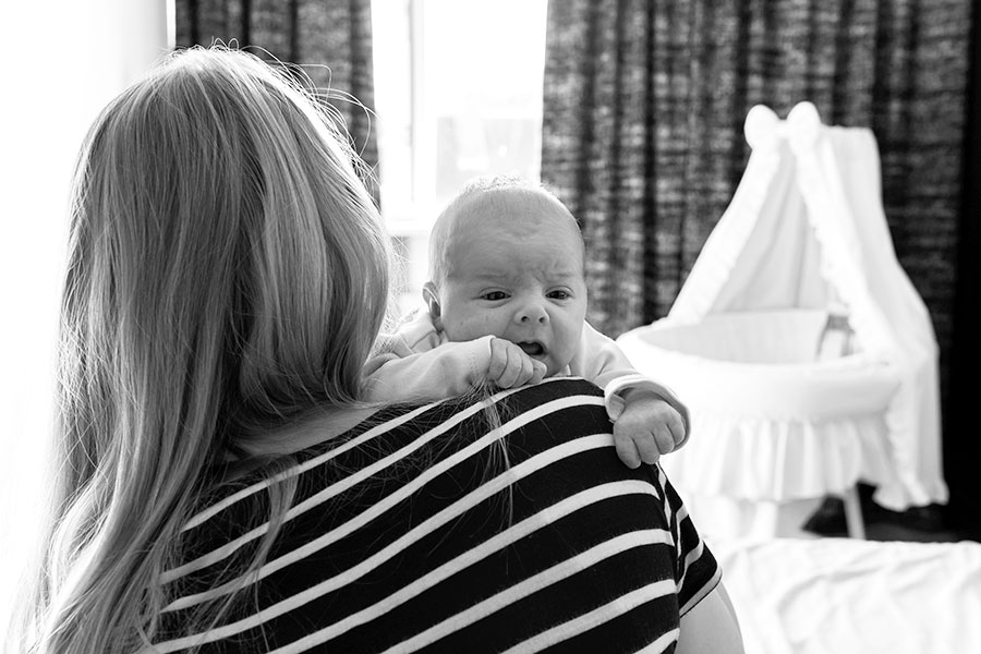 lifestyle newborn fotografie berkel baby bij mama