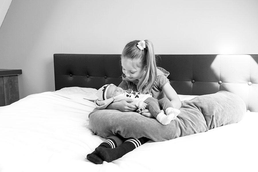 lifestyle newbornfotograaf pijnacker baby met zus