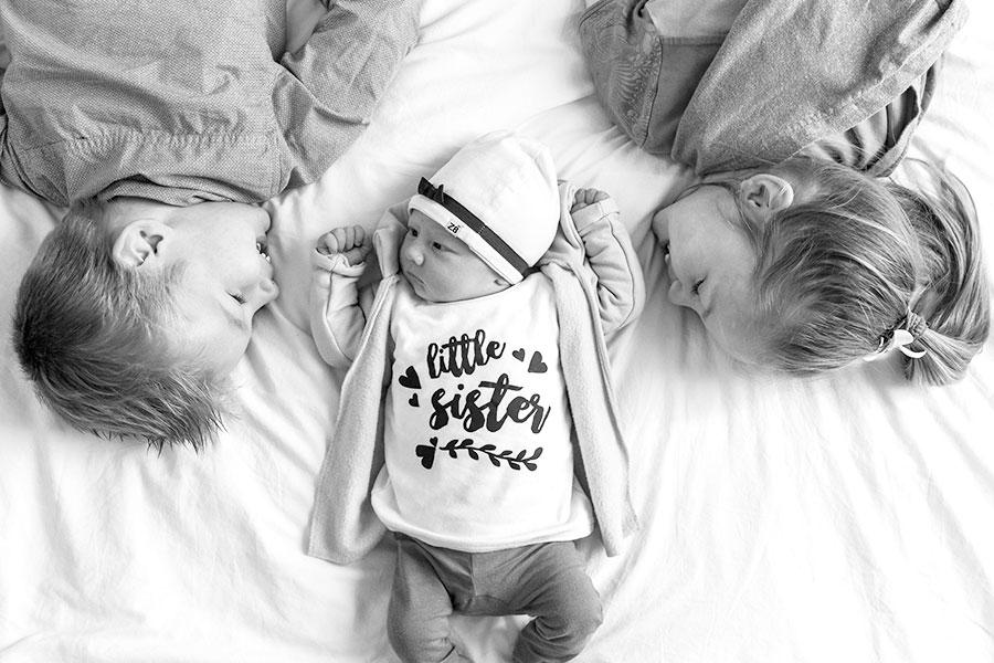 lifestyle newbornfotograaf pijnacker baby met broer en zus