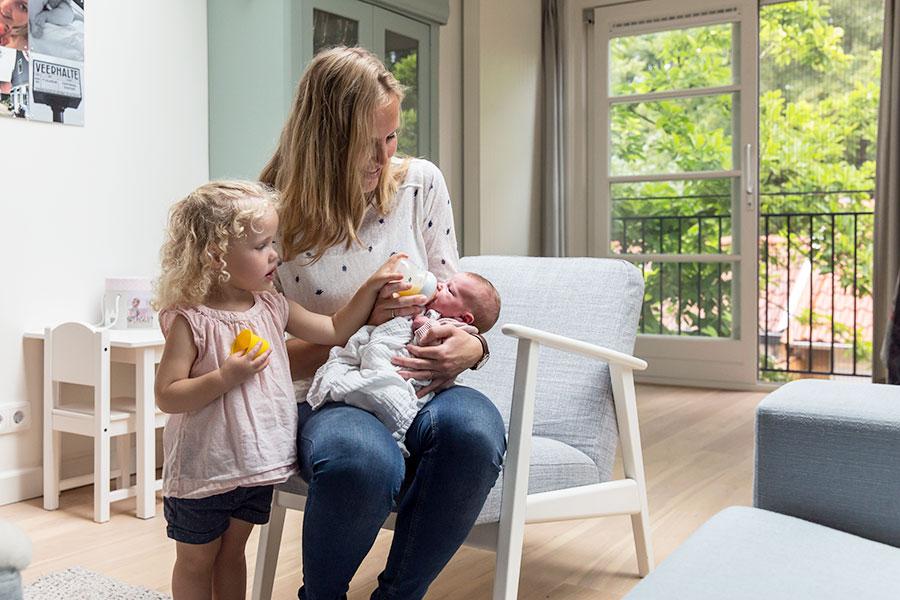 lifestyle newbornfotograaf amsterdam baby en zus