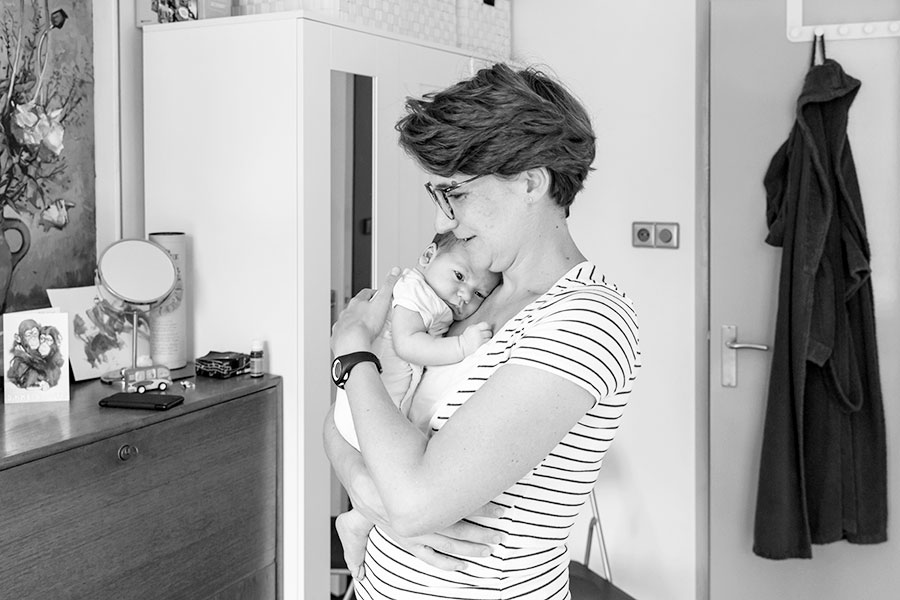 lifestyle newborn fotografie Delft mama en baby