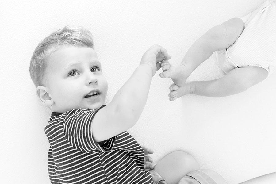 lifestyle newborn fotografie Delft grote broer