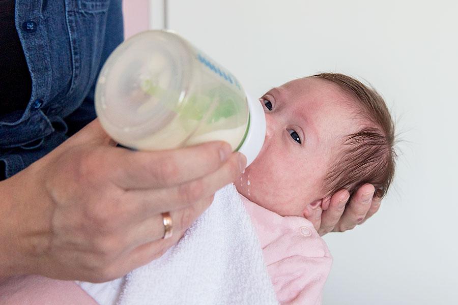 lifestyle newbornshoot baby flesje