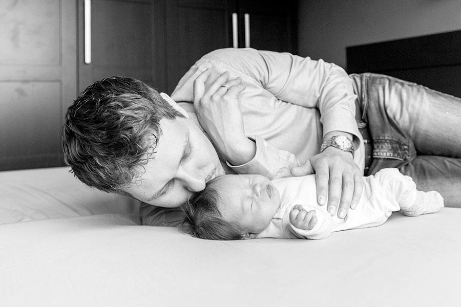 lifestyle newbornshoot baby met papa