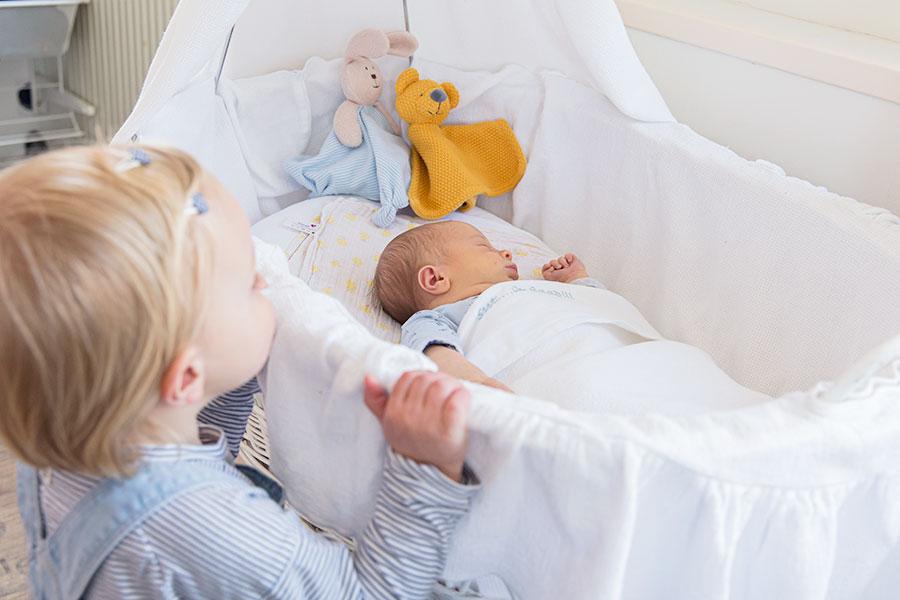 lifestyle newbornfotografie bodegraven baby in wieg