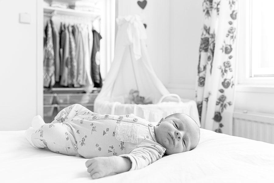 lifestyle newbornfotograaf bodegraven baby met wieg