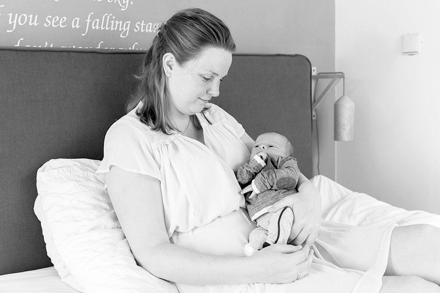 lifestyle newbornfotografie bodegraven baby met mama
