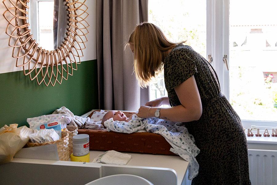lifestyle newbornshoot baby aankleedkussen